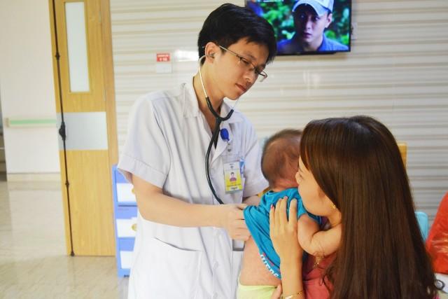 Nhiều trẻ chưa đến tuổi tiêm vắc xin đã mắc sởi, phòng bệnh thế nào?