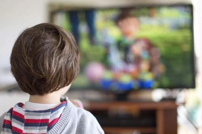 Lợi và hại của việc cho trẻ xem tivi